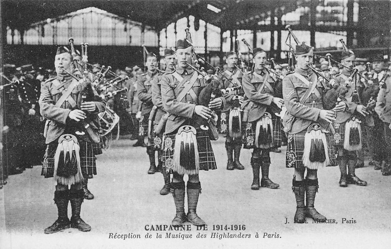 Réception de la musique des Highlanders à Paris, sans date, carte postale. Collection particulière.
