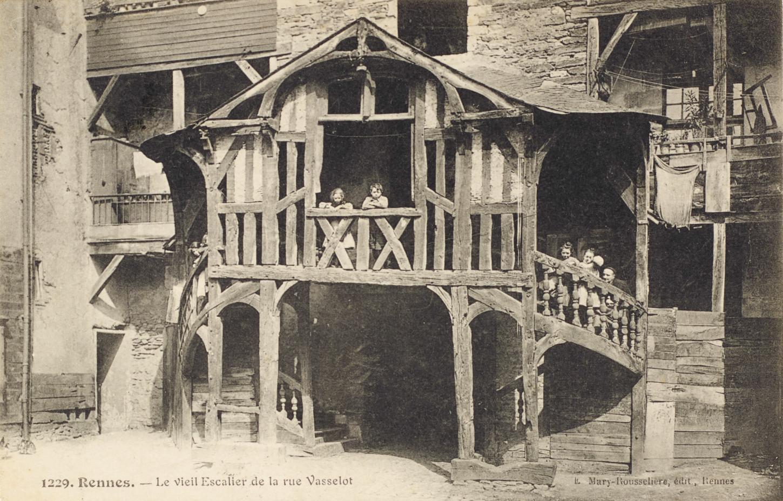 Le vieil escalier en bois de la rue Vasselot. Carte postale; Musée de Bretagne: 976.0057.4.