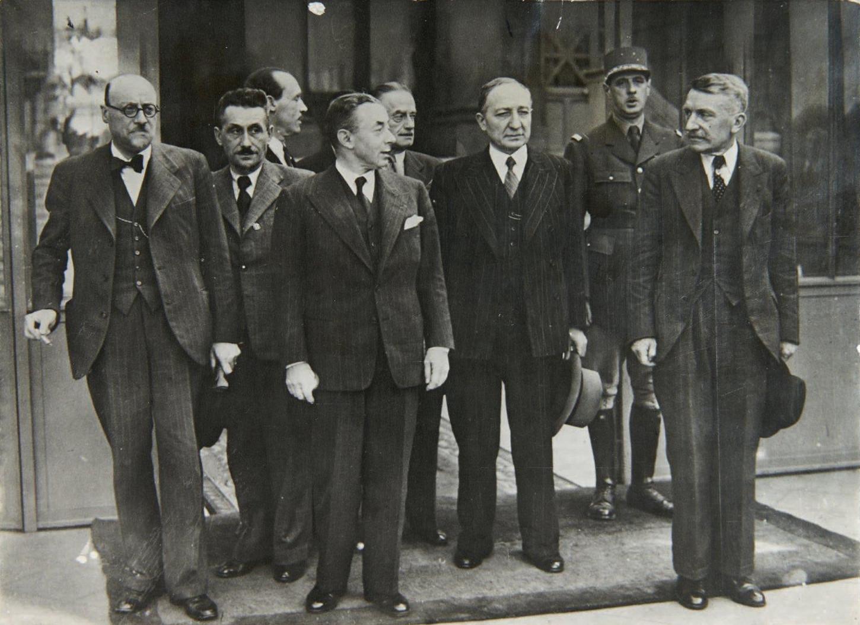 Portrait officiel du Gouvernement Paul Reynaud. Au deuxième plan, le général de Gaulle. Wikicommons.