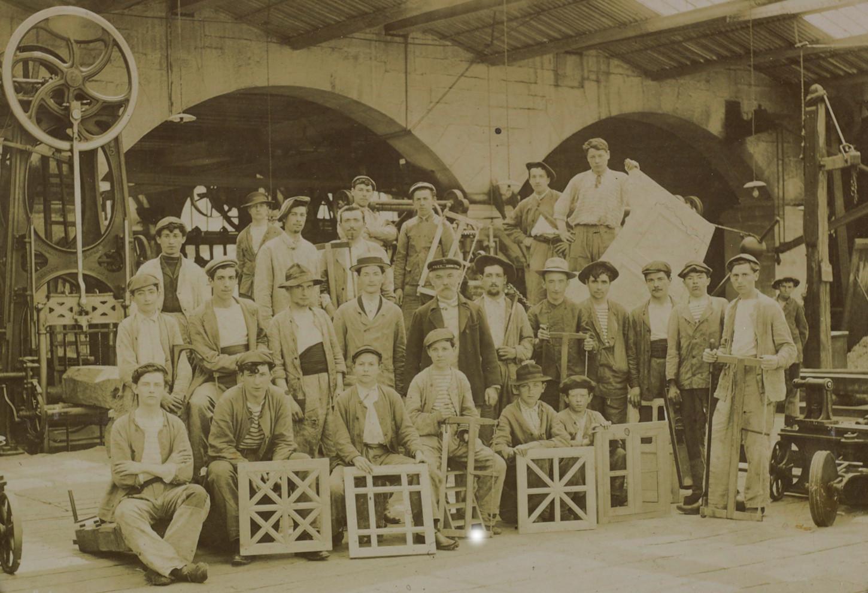 Apprentis d'un atelier, probablement de menuiserie, de l'arsenal de Brest, juillet 1907. Musée de Bretagne: 992.0114.1.