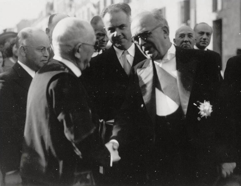 En 1948, lors de la visite de Vincent Auriol à Quimper, Joseph Halléguen se trouve à gauche du Président de la République. Crédits: ville de Quimper.