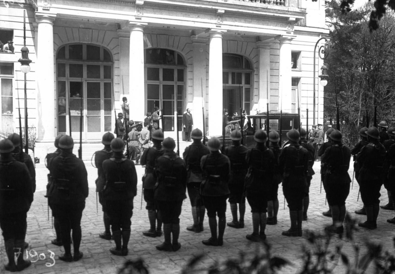 Lors de la signature du traité de Versailles, les mutilés attendent le passage des délégués. Gallica / Bibliothèque nationale de France : Agence Meurisse MEU 66562-72205.
