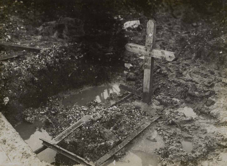 Tombe d'un soldat britannique inconnu. Thiepval, septembre 1916.