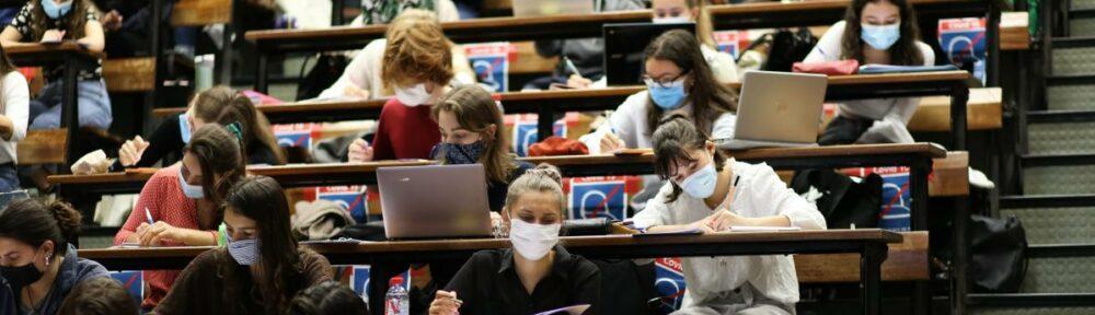 https://www.francetvinfo.fr/sante/maladie/coronavirus/covid-19-les-universites-ont-avance-en-ordre-disperse-jusqu-a-la-mise-en-place-de-la-jauge-de-50_4129415.html#xtor=CS2-765-[twitter]-