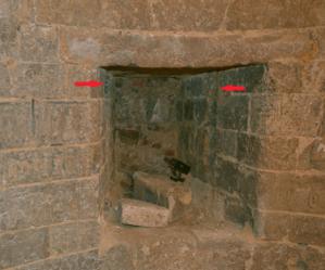 Fig. 9. Château de Selles. Niveau 2. Tour 3. Archère de gauche en entrant dans la tour. Trace de cloison (LANI, M., 2014).