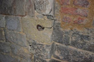 Fig. 16. Château de Selles. Niveau 2. Couloire d'accès à la tour 3. Vestige de verrou (LANI, M., 2014).