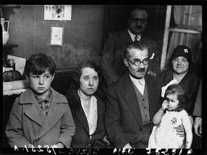 La famille Almazoff dans son petit appartement de l'avenue Jean Jaurès. Source Gallica