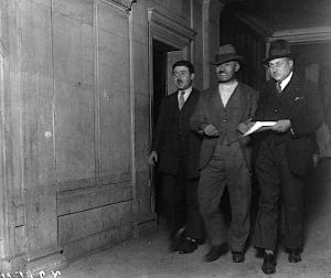 Michel Almazoff transféré chez un juge d'instruction, escorté par deux inspecteurs. Source Gallica
