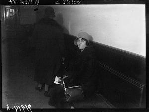 L'épouse d'Almazoff dans les locaux de la police judiciaire. Source Gallica