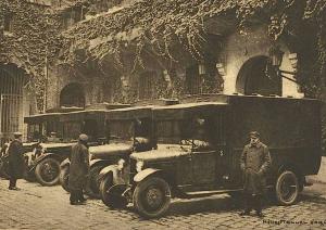 Les fourgons cellulaires dans la cour d'honneur de la Santé  (Détective, n°50, 10 octobre 1929)
