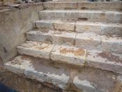 L'escalier en pierres de taille découvert lors des fouilles archéologiques préventives de mars 2013 à Nouville. Crédit province Sud.