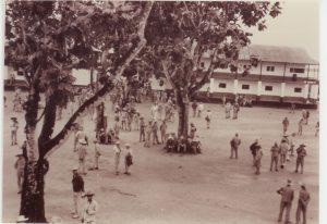 Transportés dans la cour du camp de la transportation, années 1930, collection privée Raymond Méjat.