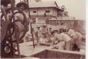 Transportés effectuant leur lessive, années 1930, collection privée Raymond Méjat.