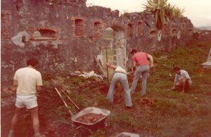 Dégagement du blockhaus de Fort Téremba par les bénévoles de l'association Marguerite. Coll. Association Marguerite