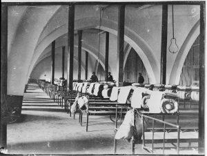 Les dortoirs sous les voûtes de l'église abbatiale, fin du xixesiècle. Cl. P. Giraud ® Région des Pays de la Loire © CCO.