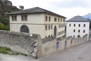 Fig. 5 : Vue du Pénitencier et de l'Ancienne Chancellerie depuis la place Maurice Zermatten en direction de l'ouest. © Musées cantonaux du Valais, Sion. Héloïse Maret