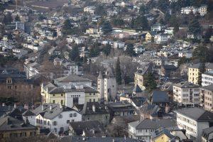 Au centre de l'image, la tour des sorciers, ancienne tour d'angle de la muraille de Sion. © Musées cantonaux du Valais, Sion. Muriel Pozzi-Escot