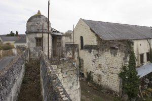 Fig. 12. Clôture pénitentiaire et mirador avec dôme de tuffeau à amortissement, à la Madeleine. Cl. P. Giraud © Région des Pays de la Loire.