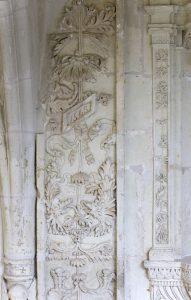 Fig. 13. Sculpture ornementale du portail de la salle du chapitre, restaurée sous Christaud: le ciseau se fait plus sec et la date portée(1543) est d'une graphie toute XIXesiècle. Cl. P. Giraud © Région des Pays de la Loire.