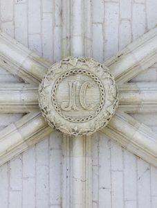 Fig. 14. Clef de voûte ornée du cloître, restaurée sous Joseph Christaud : le J. C. renvoie... à ses initiales ! Cl. P. Giraud © Région des Pays de la Loire.