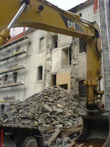 Fig. 15 : Suppression de l'élément rapporté contre la façade sud de l'Ancienne Chancellerie en 2005. © Musées cantonaux du Valais, Sion. dvarchitectes &associés sa