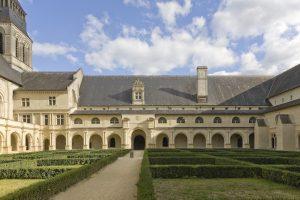 Fig. 16. Le cloître du Grand-Moûtier : la galerie est Renaissance, son surhaussement date de la période pénitentiaire. Cl. P. Giraud © Région des Pays de la Loire.