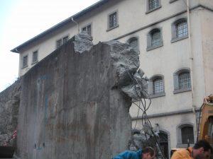 Fig. 17 : Suppression de l'ancien portail et élargissement de l'entrée sur rue du Pénitencier en 2004. © Musées cantonaux du Valais, Sion. dvarchitectes &associés sa