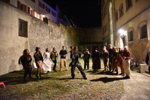 Fig. 23 : Spectacle de la troupe Théâtre en chantier dans la cour du Pénitencier, à l'occasion de la Nuit des musées 2015. © Musées cantonaux du Valais, Sion. Héloïse Maret