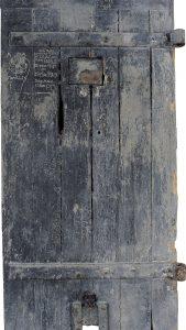 Fig. 26. Porte de cachot avec graffiti. Cl. P. Giraud © Région des Pays de la Loire.