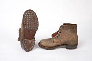 Fig. 33. Paire de chaussures à semelles cloutées. Cl. P. Giraud © Région des Pays de la Loire.