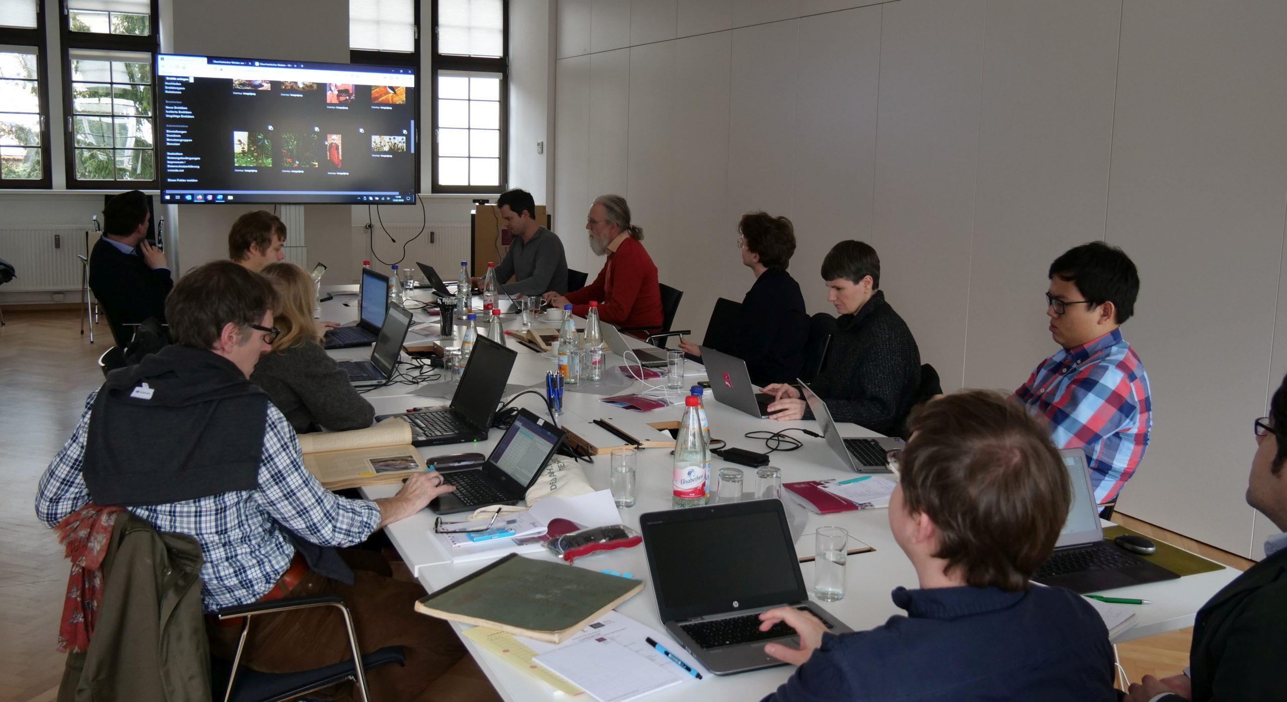 Die Teilnehmenden des DARIAH-DE-Workshops ConedaKOR in der Diskussion