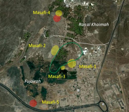 Fig. 3 : Distribution des zones d'habitat dans la vallée de Masafi. En rouge : habitats du Bronze Récent. En Jaune : habitats de l'Age du Fer. La zone entourée en vert correspond à l'emplacement des zones agricoles.