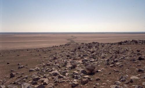 """Le """"Très Long Mur"""", édifié en blocs bruts de basalte, près du ©abal 'Ubays®n (cliché Mission Marges arides)."""