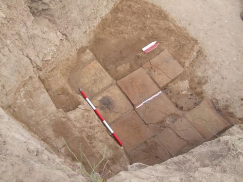 Fig. 13 : Chantier B, sol médio-assyrien avec briques inscrites.