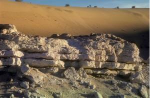 Dans le paléolac de Guern es Guesmia 2, encore plus resserré que le 1 et daté de 10 000 à 7 300 ans BP, la coupe, haute d'environ 1,5m, est « collée » contre le versant du chaudron.