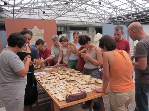 Observation des collections lithiques de Sitagroi au musée de Drama (Cliché G. Kourtessi-Philippakis)