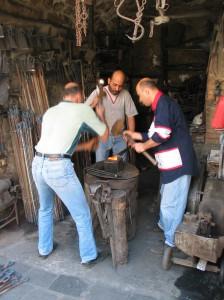 Fig. 12b : forgerons au souk de bab al-Hadid, atelier modernisé dans les années du Mandat français. © mission Chanesaz/Dardaillon/David.