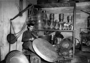 Fig. 1b : petite métallurgie traditionnelle du cuivre. Photographie d'un dinandier par Nubar Chahinian dans les années 1970.