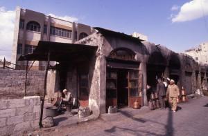 Fig. 2a : le souk al-Nahhasin des dinandiers d'Alep, en partie détruit par l'urbanisme récent. © mission Chanesaz/Dardaillon/David.