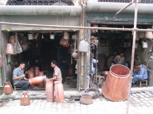 Fig. 2b : deux boutiques/ateliers du souk des dinandiers. © mission Chanesaz/Dardaillon/David.