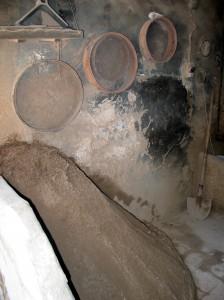Fig. 5 : atelier de fonderie de bronze avec traces sur le mur du choc pour casser le moule au sable, démouler la pièce et récupérer le sable. © mission Chanesaz/Dardaillon/David.