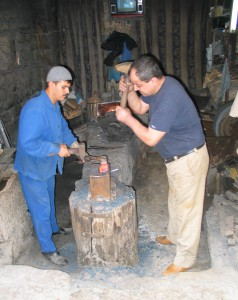 Fig. 8a : atelier d'un forgeron de lames travaillant debout, forgeage à deux marteaux. © mission Chanesaz/Dardaillon/David.