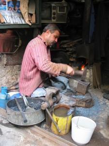 Fig. 8b-8c : un forgeron de lames travaillant assis. © mission Chanesaz/Dardaillon/David.