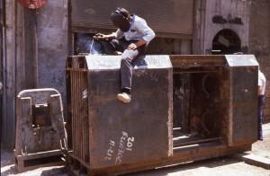 Fig. 9c : annexe d'un atelier de grosse mécanique sur un trottoir. © mission Chanesaz/Dardaillon/David.