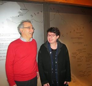 Françoise Le Mort et Jean Pierre Girard, coordonateur du programme Truelles & Pixels, devant la carte du territoire des Iapodes.