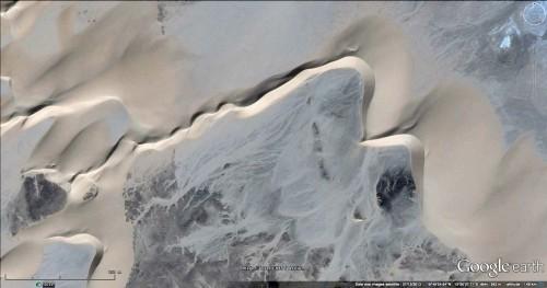 Figure 10 : Barkhane avec une aile dextre longue de 500 m au nord de Dirkou (Ténéré, Niger). Image Google Earth.