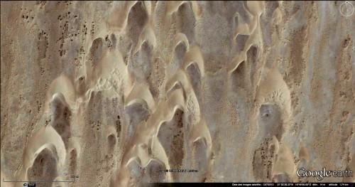 Figure 11 : Barkhanes mélangées, au nord-est de Nouadhibou. Image Google Earth. Echelle : 400m.