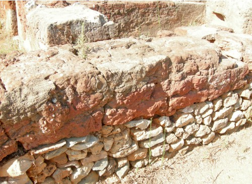 Fig. 1 : mur de brique crue sur une semelle de pierres dans le palais de Malia (Crète, 2e mill. av. J.-C.), conservé grâce à l'incendie qui a détruit l'édifice, © S. Müller Celka.