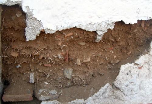 Fig. 2 : tessons antiques dans des briques crues recouvertes d'un enduit de chaux (20e s., Erétrie, rue Varvakis 5), © S. Müller Celka.