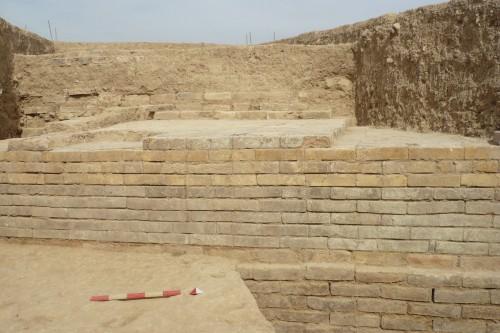 Fig. 5 : vue du mur sud-ouest du bâtiment mis au jour à Tol-e Ajori, secteur de Bagh-e Firuzi, situé à 3 km à l'ouest du secteur royal, parement sud décoré de rangées de briques cuites émaillées unicolores (Askari Chaverdi, Callieri, Gondet 2013 : fig. 17).